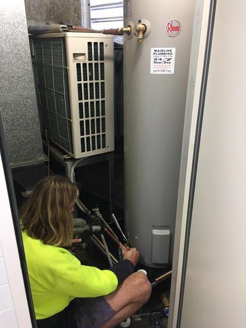 Hot water installation